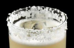 咸狗是在一块为盐装边的玻璃包含杜松子酒或伏特加酒和葡萄柚汁的饮料 免版税图库摄影