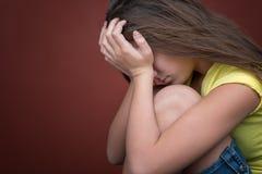哀伤十几岁的女孩哭泣 免版税库存照片