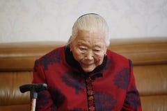哀伤和孤独的亚裔中国人90s老妇人失踪chirldren 库存照片
