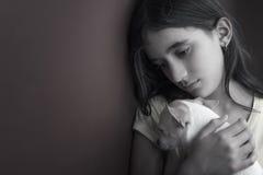 哀伤和孤独的女孩和她的小狗 免版税图库摄影
