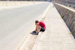 哀伤和孤独的男孩 免版税库存照片