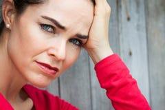 哀伤和沮丧的妇女特写镜头  免版税库存照片