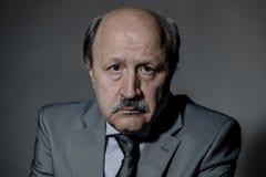 哀伤和沮丧的资深成熟的商业人画象看起来他的60s遭受的消沉的失去的和周道的佩带的neckt 免版税图库摄影