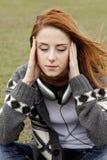 哀伤女孩的耳机 免版税库存图片