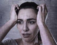 哀伤妇女哭泣绝望和沮丧与在遭受痛苦的眼睛的泪花 免版税库存图片