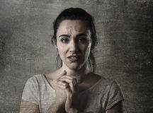 哀伤妇女哭泣绝望和沮丧与在遭受痛苦的眼睛的泪花 免版税库存照片