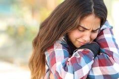 哀伤少年的女孩担心和户外 库存照片