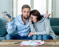哀伤年轻夫妇的感觉和有被注重的付帐债务的抵押经济 图库摄影