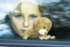 哀伤汽车的女孩 免版税图库摄影