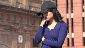 哀伤的不快乐的妇女佩带的帽子和假发 影视素材