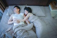 哀伤的亚洲夫妇没有爱其中每一,考虑在relat的问题 库存照片