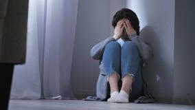 哀伤的亚裔妇女坐地板,在家庭上的冲突,暴力50 fps 影视素材
