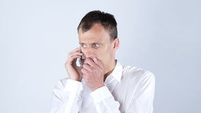 哀伤的人谈话在手机 库存图片