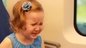 哀伤的儿童女孩哭泣,适合并且表现出牢骚和怨气的情感 股票录像