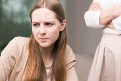哀伤的十几岁的女孩和妇女有横渡的胳膊的 免版税库存图片