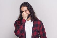 哀伤的哭泣的人画象有胡子和黑长的卷发的 免版税库存图片