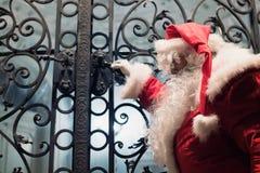 哀伤的圣诞老人为圣诞节做准备 库存照片