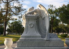 哀伤的天使墓石 免版税库存照片