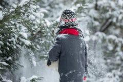 哀伤的失去的孩子,男孩在有玩具熊的,冬天一个森林里 图库摄影