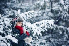 哀伤的失去的孩子,男孩在有玩具熊的,冬天一个森林里 免版税图库摄影
