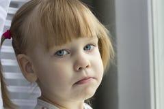 哀伤的女孩。 图库摄影