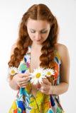 哀伤的女孩告诉时运由春黄菊 库存图片