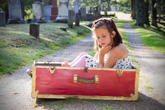 哀伤的女孩在公墓 免版税库存照片