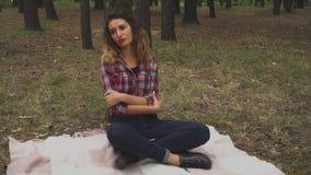 哀伤的女孩在森林里坐 影视素材