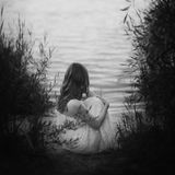 哀伤的女孩坐沙滩在日落光在湖附近 backarrow 库存图片