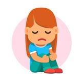 哀伤的女孩开会和不快乐拥抱她的膝盖 免版税库存图片