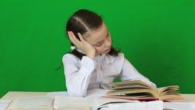 哀伤的女孩文字,用茅草盖 执行家庭作业的子项 股票录像