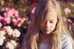 哀伤的女孩 免版税库存图片