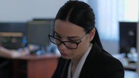 哀伤的女实业家画象考虑某事,当工作在办公室特写镜头时 股票录像