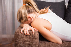 哀伤的妇女在掩藏她的面孔的痛苦中 库存照片