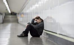 年轻哀伤的妇女在痛苦中单独和沮丧在都市地铁tunn 免版税库存图片