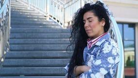 哀伤的妇女画象楼梯的 股票录像