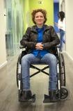 哀伤的妇女画象残疾椅子的在医院 免版税库存照片