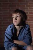 哀伤的孤独的小男孩 免版税图库摄影