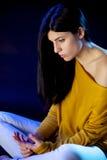 哀伤的孤独的美丽的妇女 免版税库存照片