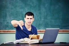 哀伤的学生黑板拇指下来 免版税库存照片