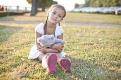 哀伤的孩子在公园 免版税图库摄影