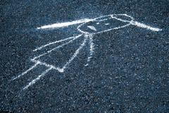 哀伤的孩子在沥青的被绘的白垩 免版税图库摄影