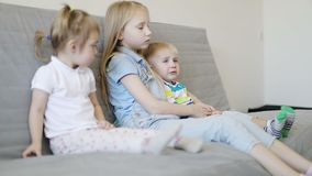 哀伤的孩子坐长沙发和手表电视 影视素材
