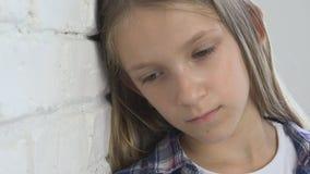 哀伤的孩子,不快乐的孩子,消沉的病的不适的女孩,注重了体贴的人 股票录像