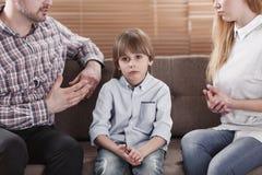 哀伤的孩子,当父母争论时 库存照片