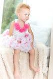哀伤的小女孩坐窗口基石 一聪明的dre的一个孩子 免版税图库摄影