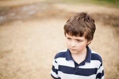 哀伤的小男孩 免版税库存图片