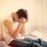 哀伤的少年在家 库存图片