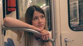 哀伤的年轻白种人妇女在地铁的栏杆倾斜了她的头和手 股票视频