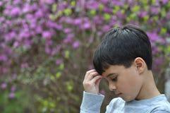 哀伤的庭院男孩 库存照片
